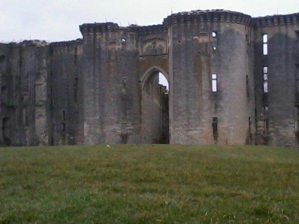 mes dessins et le château de la Ferté Milon ainsi qu'un pont désolée je ladore vu les connerie que j'ai fait dessus avec un pote mdr