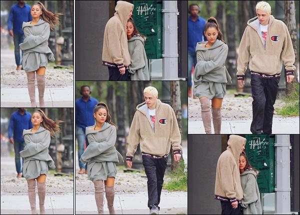 -17/09/18 •- Ariana Grande et son fiancé Pete Davidson sont photographiés dans les grandes rues de New York ! Enfin des nouvelles de notre chanteuse qui n'était pas sortie depuis le décès de son ex, le rappeur Mac Miller. Ariana à l'air triste sur les clichés... Avis !?