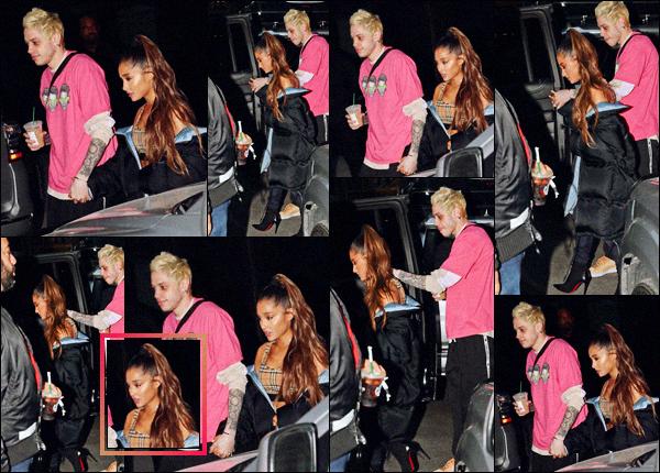 """"""" -20/09/18 •- C'est tard dans la soirée que Ariana et Pete quittaient leur appartement, dans la ville de New York ! La chanteuse garde son style habituel, vêtue d'une brassière Burberry, accompagnée par une énorme doudoune noire sur les épaules ! Un immense top."""""""