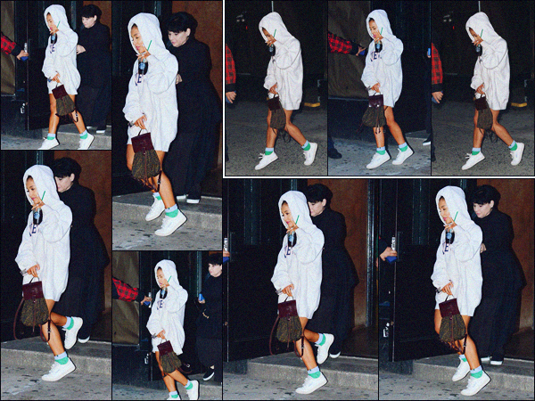 """"""" -02/10/18 •- Accompagnée par sa mère Joan, Ariana Grande quittait un studio d'enregistrement dans New York !Première sortie du mois pour la belle, qui à passé les deux derniers jours en studio'... Nous prépare-t-elle une nouvelle surprise !? Des avis sur sa tenue ? ."""