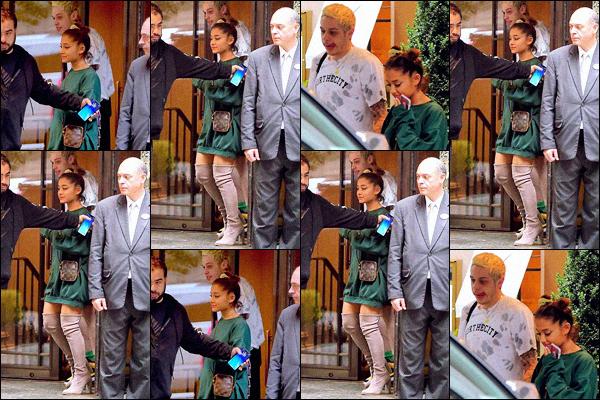 """"""" -09/10/18 •- Ariana Grande et Pete Davidson sont aperçus quittant leur appartement dans les rues de New York.La belle se rendait une fois de plus en studio, autant vous dire qu'elle passe ses journée la bas en ce moment, elle travaillerais sur son cinquième album ! ."""