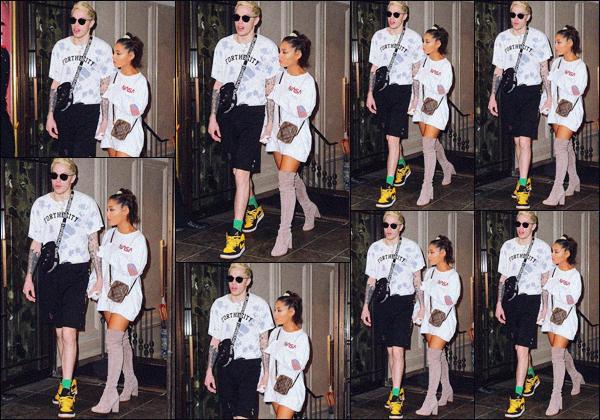 """"""" -10/10/18 •- Ariana est photographiée avec son fiancé Pete alors qu'ils se rendaient à un Brunch dans New York.Lors de cette sortie, notre jeune chanteuse à affirmé à un Paparazzi que son cinquième album sortirait avant la fin de l'année, soit dans moins de 3 mois ! ."""