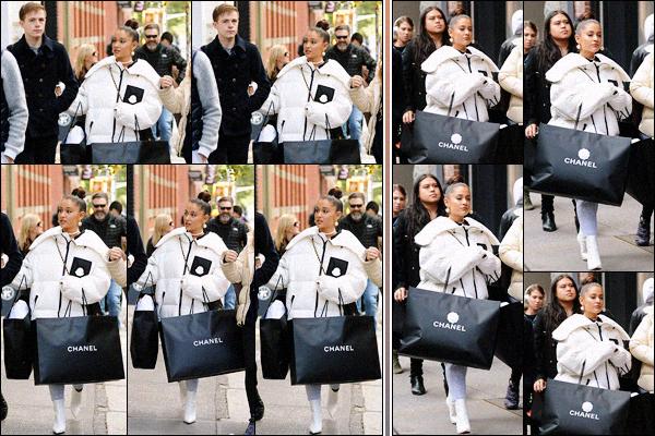""""""" -21/10/18 •- Ariana Grande et sa petite bande quittaient un magasin « Chanel », situé dans la ville de New York ! C'est une semaine après sa rupture avec Pete Davidson que la chanteuse se décide enfin à pointer le bout de son nez ! Cela fait plaisir de la revoir sortir. ."""