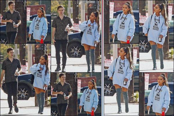 """"""" -09/11/18 •-Ariana G. est photographiée quittant un studio d'enregistrement, dans les rues de West Hollywood ! Accompagnée de son ami de longue date Doug Middlebrook la chanteuse était beaucoup plus souriante que la veille. Pour la tenue c'est du déjà-vu, bof. ."""