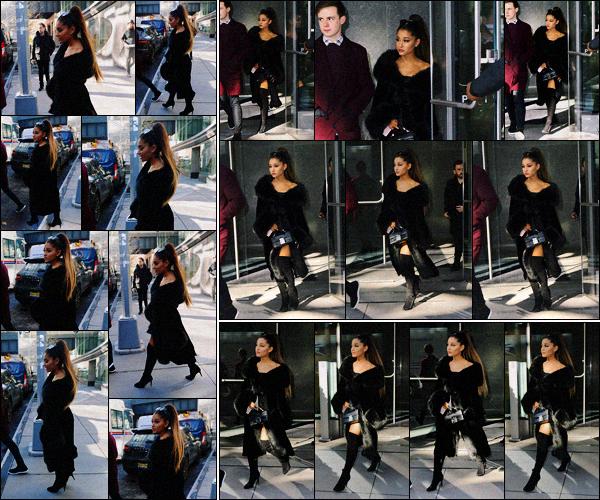 """"""" -18/12/18 •- La sublime Ariana Grande est photographiée quittant son immeuble, dans un quartier de New York !C'est sur son 31 que la jeune femme se rendait vers une émission de télé hyper connue aux Etats-Unis, en tout cas c'est un top pour son choix de tenue. ."""
