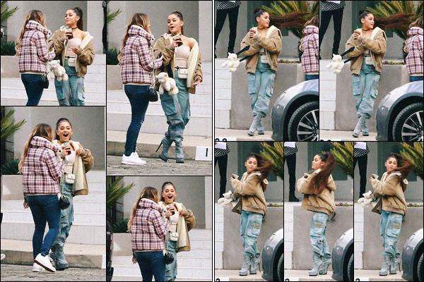 """"""" -09/02/19 •-La belle Ariana' est photographiée avec des amis, discutant devant un immeuble dans Beverly Hills !La chanteuse avait en effet organisée une fête à l'occasion de la sortie de son cinquème album « Thank U, Next ». Notre Miss Grande a l'air de s'amuser. ."""