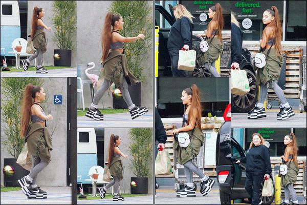 """"""" -17/02/19 •- Ariana Grande est allée faire quelques achats à la supérette « Whole Foods » dans West Hollywood.C'est assez joviale que la chanteuse est photographiée arrivant puis quittant le magasin. On en parle de ses plateformes ? J'aime pas du tout... Gros bof ! ."""