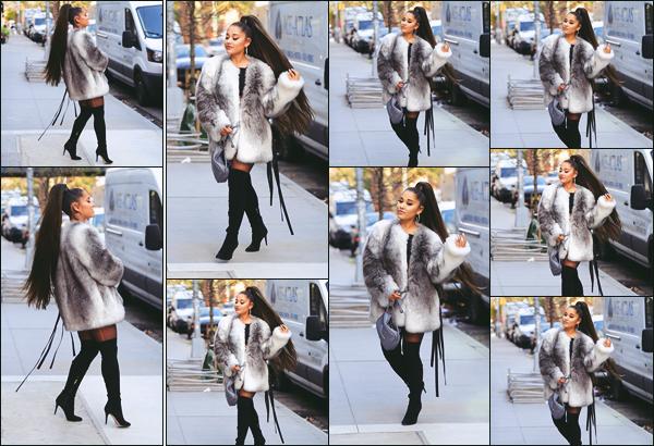 """"""" -09/11/19 •- La sublime chanteuse Ariana Grande a été photographiée, dans les grandes rues de New York City !La présence de la jeune femme dans la Grosse Pomme s'explique par le fait que la 3ème partie de sa tournée mondiale commence à Brooklyn, un'joli'top. ."""