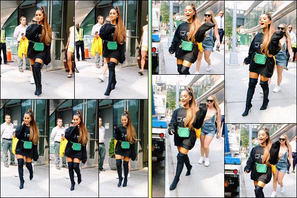 -16/08/18 •- En fin d'après midi Ariana est photographiée quittant son appartement dans les rues de : New York. A l'occasion de la sortie de son quatrième album le 17/08/18 la chanteuse se rend à une célèbre émission afin de promouvoir ce dernier. J'adore son sac.