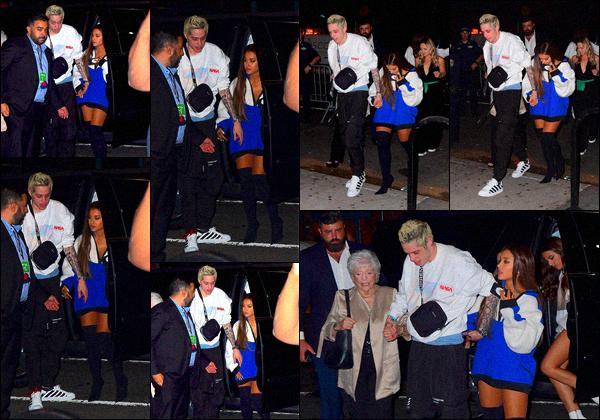 -20/08/18 •- Ariana Grande se dirigeait vers la : « Sweetener Session » se déroulant au Irving Plaza à New York ! La chanteuse est une fois de plus accrochée au bras de son fiancé Pete Davidson toute sa famille s'est également rendu à la soirée. Un bof pour la tenue.