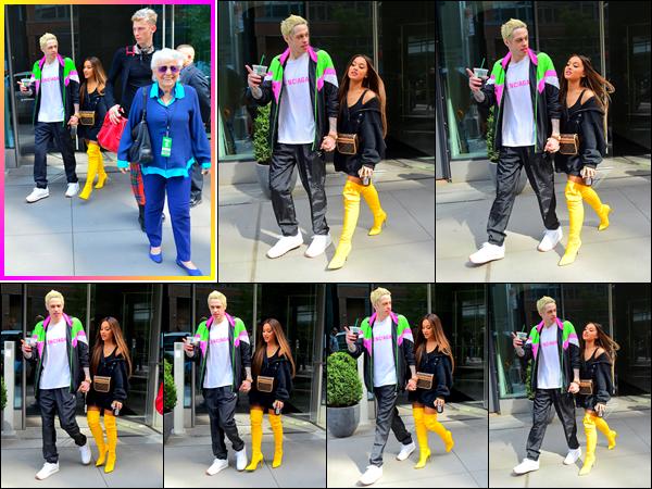 -18/08/18 •- Ariana et Pete sont aperçus alors qu'ils quittent leur appartement, dans les rues de New York City ! Ariana était en compagnie de sa grand mère, ainsi que du rappeur Machine Gun Kelly, un très grand ami de Pete Davidson !! Immense top pour la belle.