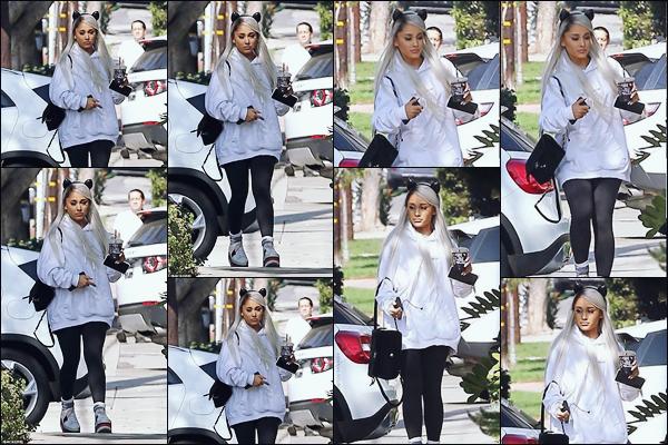 """"""" -08/11/18 •- Ariana Grande à été aperçue quittant un studio d'enregistrement dans les rues de West Hollywood ! C'est avec une perruque à la couleur blond polaire que la belle qui travaille toujours sur son 5éme album, dont la sortie est prévue avant 2019 à été vue. ."""