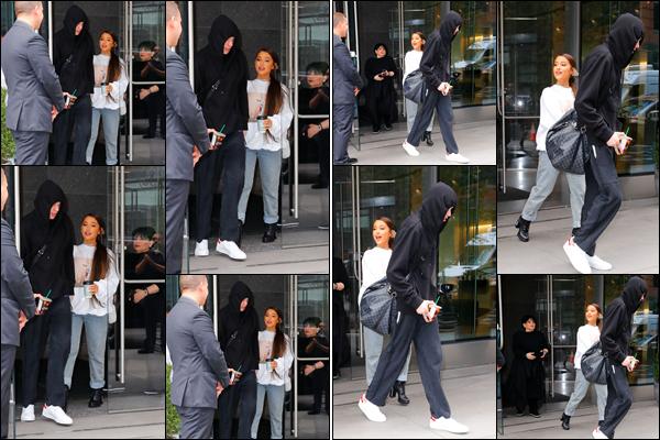 """"""" -29/08/18 •- C'est en après midi, qu'Ariana Grande est aperçue quittant son appartement dans les rues de NYC ! La belle chanteuse était, comme d'habitude accompagnée de son fiancé Pete Davidson mais aussi de sa maman Joan Grande ! Votre avis sur sa tenue ?"""
