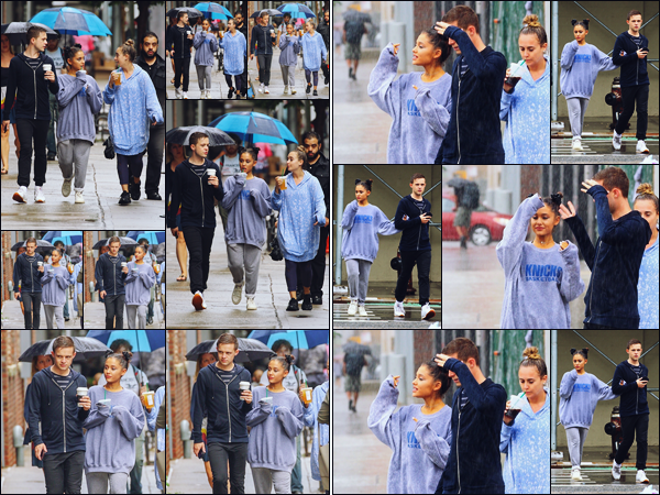 -18/09/18 •- Ariana Gr. est photographiée en compagnie deux amis proches, toujours dans la ville de New York ! Encore une sortie pour la jeune femme qui avait l'air plus enthousiaste que la veille ! En tout cas j'adore sa coiffure et sa tenue décontractée, un joli top.