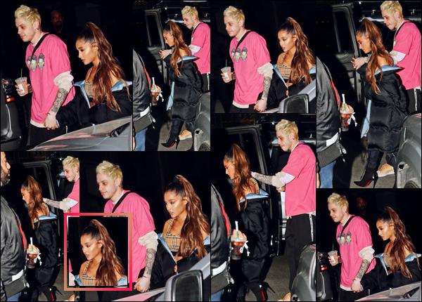 -20/09/18 •- C'est tard dans la soirée que Ariana et Pete quittaient leur appartement, dans la ville de New York ! La chanteuse garde son style habituel, vêtue d'une brassière Burberry accompagnée par une énorme doudoune noire sur les épaules ! Un immense top.