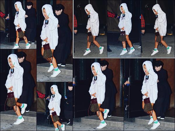 -02/10/18 •- Accompagnée par sa mère Joan, Ariana Grande quittait un studio d'enregistrement dans New York ! Première sortie du mois pour la belle, qui à passé les deux derniers jours en studio... Nous prépare-t-elle une nouvelle surprise !? Des avis sur sa tenue ? .