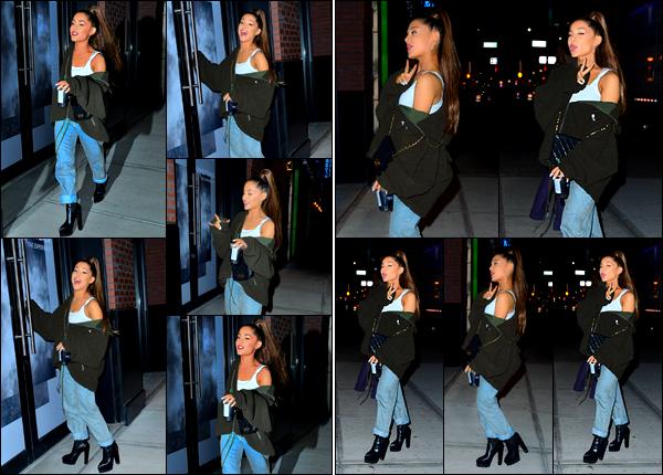 -30/09/18 •- Ariana Grande s'est rendue une fois de plus à la : « Sweetener Exhibition », située à New York City ! La jeune chanteuse y est allée avec sa mère et Pete, qu'on ne voient pas sur les photos. Elle est hyper souriante ça fait plaisir. Pour la tenue c'est un top. .