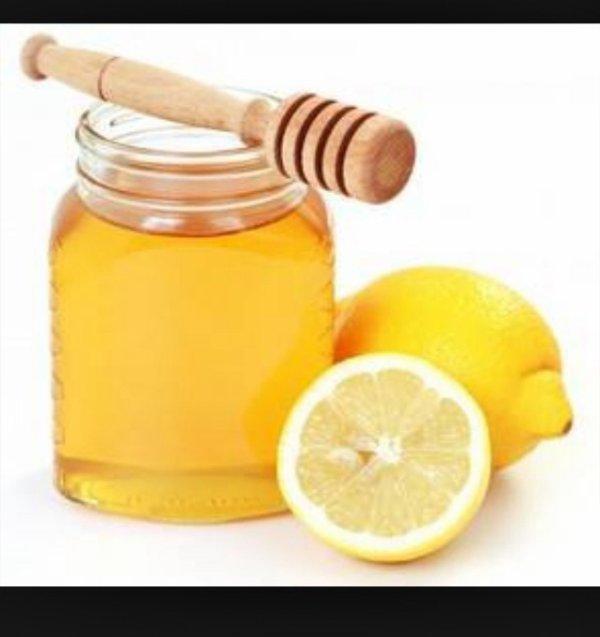 DéCLAREZ LA GUERRE AUX VIRUS?le citron est 1antiseptique,bactéricide,antiviral et stimule le système immunitaire,soit en pulvérisation sous forme d'huiles essentielles(pharmacie) dans vos pièces ou en jus avec du miel en boisson chaude,le miel est riche en anti oxidant dont la vitamineC possède aussi1action anti infectueuse non négligeable pour le larinx,pharinx,bouche et éfficace en cas 2toux sèche.