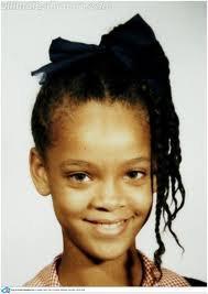 Robyn Rihanna Fenty, née le 20 février 1988 à Saint-Michael (Barbade), plus connue sous le nom de scène Rihanna (/riˈænə/), est une auteur-interprète-chanteuse et occasionnellement actrice d'origine barbadienne. Son univers musical évolue entre le R&B et la pop. Elle a sorti cinq albums studio et deux albums de remixes depuis le début de sa carrière en 200Rihanna est née à la Barbade, dans la paroisse de Saint Michael, et est fille de Ronald et Monica Fenty. Elle a deux frères cadets, Rorrey et Rajad Fenty. Sa mère est native de la République du Guyana. Son père, lui, est d'origine barbadienne et irlandaise. Ses parents divorcent l'année de ses 14 ans.5
