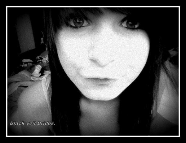 ~ Je cache ma tristesse derrière un beau sourire.  ♥