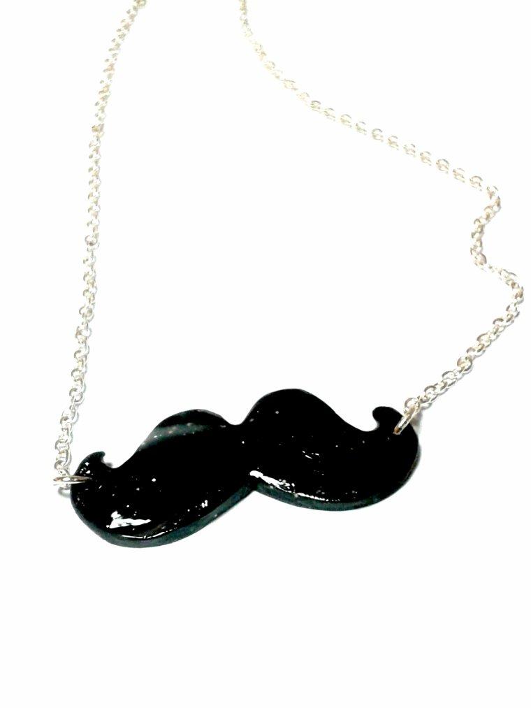 La moustachue