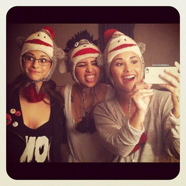 Pour pas changer, nouvelle photo provenant du twitter de Lauren Pietra ! Lauren Pietra, Hanna Beth & Demi Lovato.