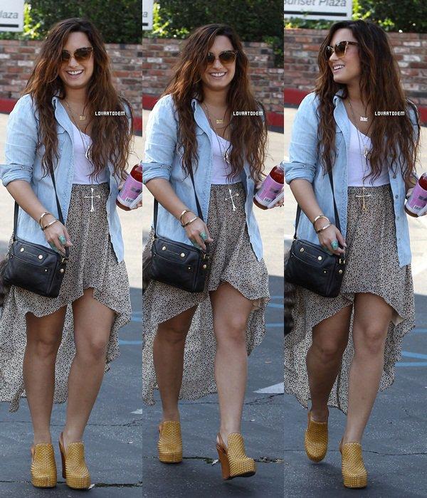 """Demi dans Beverly Hills ce 17 Ocobre après être passé au magasin """" BCBG Max Azria"""". TOP !"""