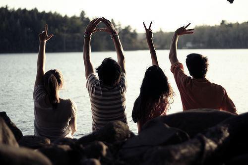 Il y a certaines personnes qui sont là. On ne sait pas pourquoi, on ne sait pas comment. Mais on sait qu'on les aime. Qu'on serait capable de franchir des montagnes pour leur propre bonheur. On sait que ce sont des amis exceptionnels, à qui on accordera notre confiance éternellement.