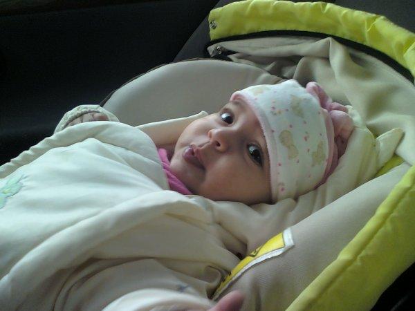 la petite elle vient juste de naitre le 8 decembre2012