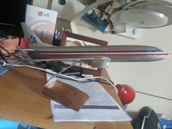 Mon boeing 737 -800 américan airline en resine  échelle 1 sur 100