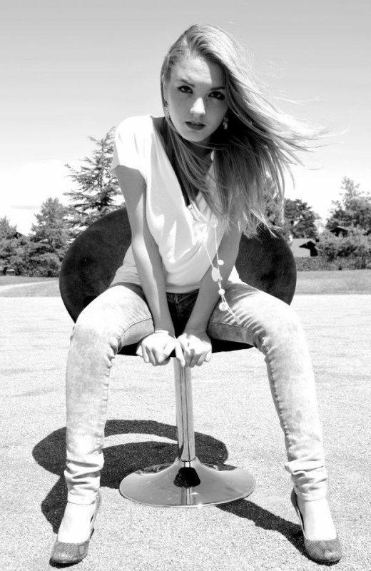 """Le nouveau clip de SARAH URBIN : """"Next To Me"""" avec Laura Odella"""