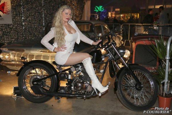 Tout comme Brigitte Bardot, Pascale n'a besoin de personne sur sa superbe moto !