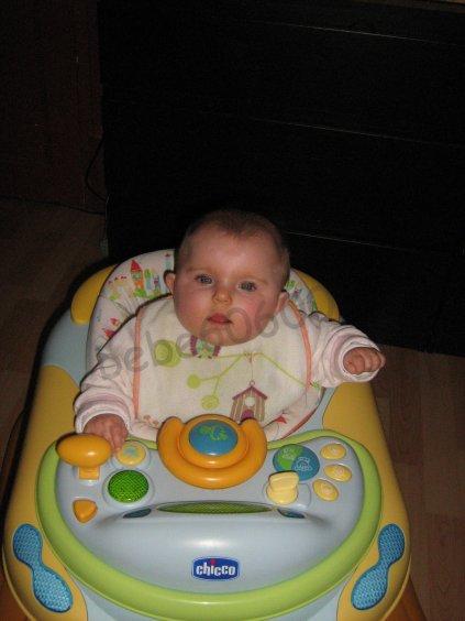mon bebe dans son trotteur ( 6 mois )