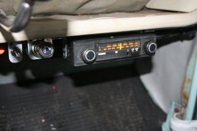 un vieil autoradio,un allume-cigare branchés sur un transfo 6/12Volts et un interrupteur et voilà c'est près pour les beaux jours.