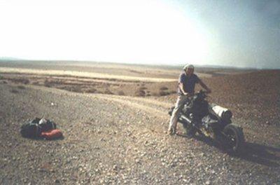 Voici l'histoire surprenante d'Emile Leray . Il part pour un raid en solitaire en Afrique avec une 2 Cv qu'il a préparée pour l'expédition. Au bout de quelques jours, il est obligé de sortir de la piste pour contourner une zone interdite.  C'est en roulant hors-piste qu'il détruit un longeron et un bras de roue de sa voiture contre un rocher. La 2 Cv ne peut plus avancer.il décide de transformer sa 2 Cv en moto pour continuer la route.  La première nuit, il réfléchit à la manière de s'y prendre. Sans perceuse ni chalumeau, la mission n'est pas facile. Mais finalement tout seul, avec à peine quelques outils ,  il réussit à fabriquer un engin incroyable en une dizaine de jours.