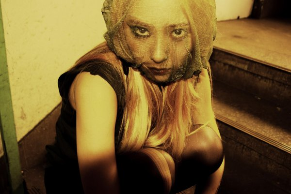 """f(x) dévoile des photos teaser de Krystal pour """"Red Light"""""""