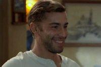 Abdel devient serveur au bar de Roland
