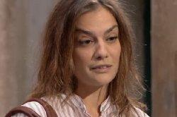 Lara Belvèze, une prof étrange ?