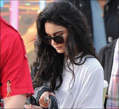 . 16 Janv. 2011 : Vanessa Hudgens arrivant à LAX aéroport direction la Caroline du nord.  Vanessa n'assistera donc pas aux Golden Globes.Selon twitter Nessa aurait vu Zac dans l'après-midi.