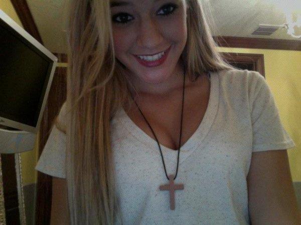 T'as des filles elles portent tellement de maquillage,  tu leur fait la bise t'es maquillé gratuit.✞