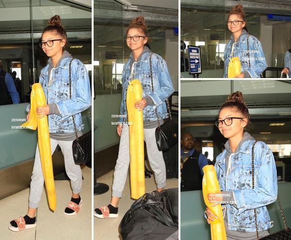 Zendaya a été photographiée en arrivant L'aéroport de LAX à Los Angeles!