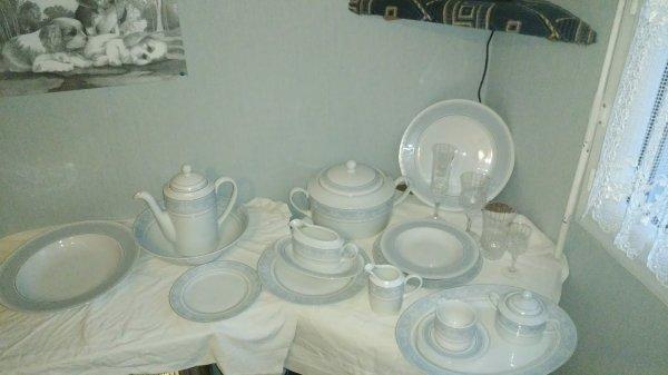 Service à vaisselle complet + verres en porcelaine de Bohème 300 ¤ a débattre