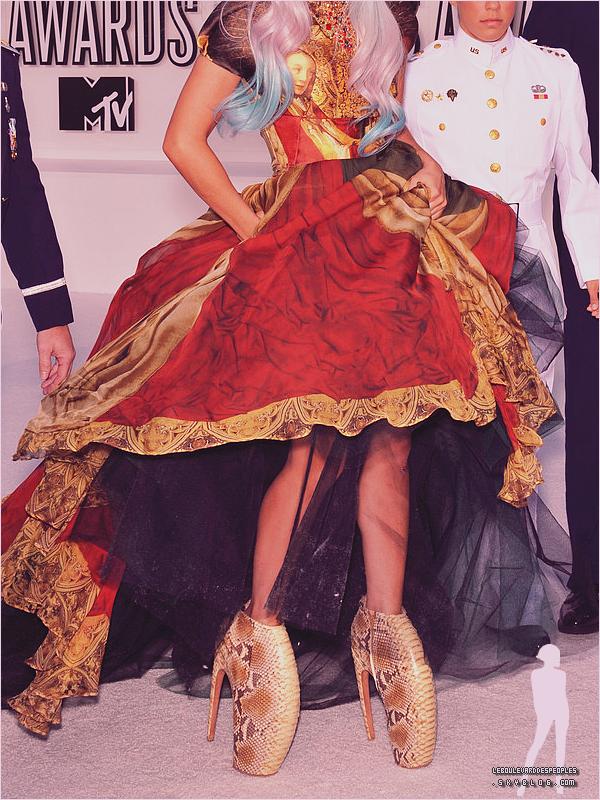 Photo du Jour : Lady Gaga au MTV Video Music Awards 2010.Alors là j'en perd mes mots. C'est à la fois, terrifiant et complètement extravagant. Enfin du Gaga tout craché !