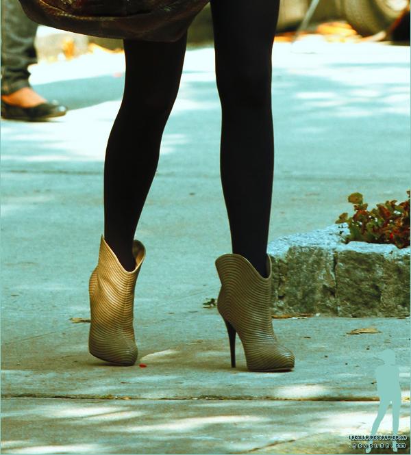 Petites Fashionistas Bonsoir ! Je vous ai dégoté une photo de Blake Lively sur le tournage de GG le 23 septembre, dites moi ce que vous pensez de sa tenue vestimentaire ? : ) Un top , Un bof  ou bien Un flop ??