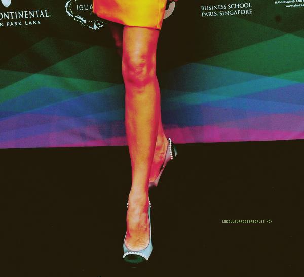 Victoria Beckham: Luxury Lady avec Karl Lagerfeld (9 November)Bon ok ! Je me dévoue. Demain à la première heure je lui achèterai un BicMac