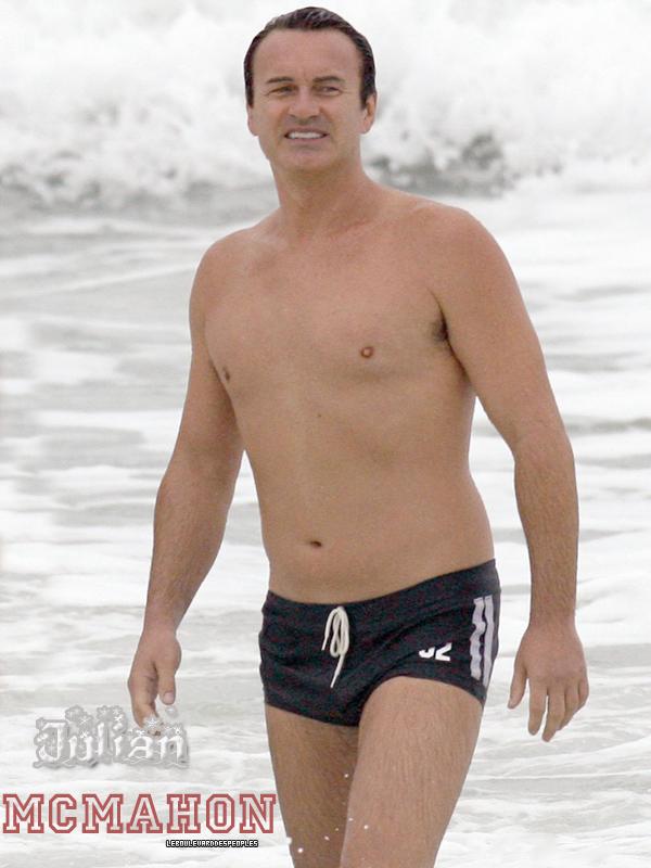 Julian McMahon le 4décembre dans le Queensland, en Australie. Nous on se caille le cul et lui il se balade en maillot de bain  :|