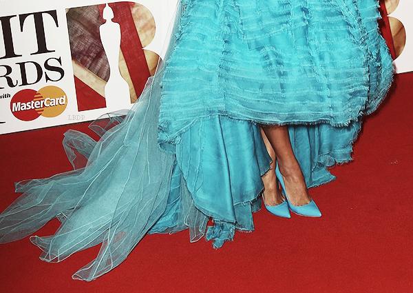 Bah ouais, je sais, je suis désolée mais je vais dire tout haut ce que tout le monde pense tout bas. La tenue de Rihanna est tout simplement laide!