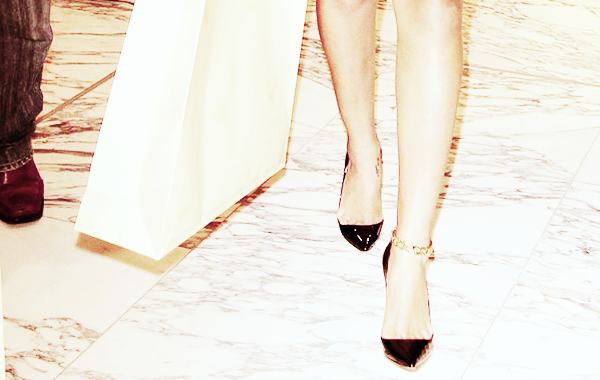 Rihanna, T'aurai pas oublié un truc ? je sais pas, comme par exemple un pantalon...