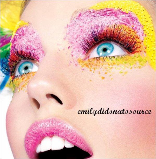 La belle Emily accompagnée d'un magnifique maquillage a posé pour maybelline