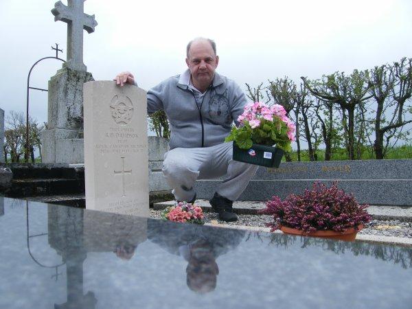 Fleurissement de la tombe de Davidson